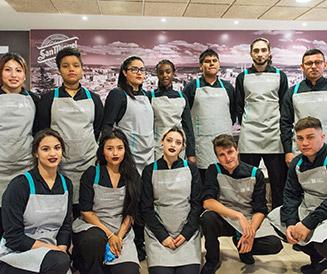 Jóvenes participantes en el programa Creamos Oportunidades en Hostelería de Burgos